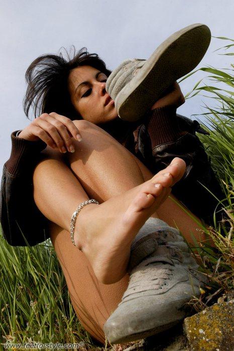 нюхающий женские ноги