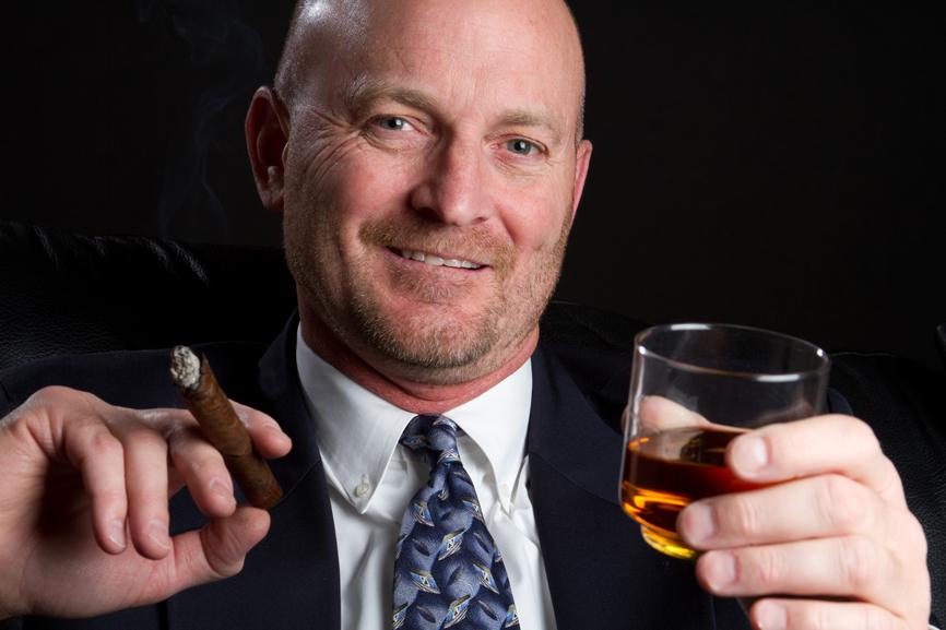 Одновременное курение сигарет и употребление алкоголя приводит к более сильному похмелью