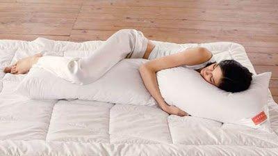 В какой позе можно спать беременной женщине