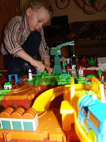 Детские железные дороги, машинки, гаражи и автотреки