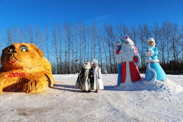 В Лаишеве вылепили самые крупные скульптуры Собаки, Деда Мороза и Снегурочки. ВИДЕО