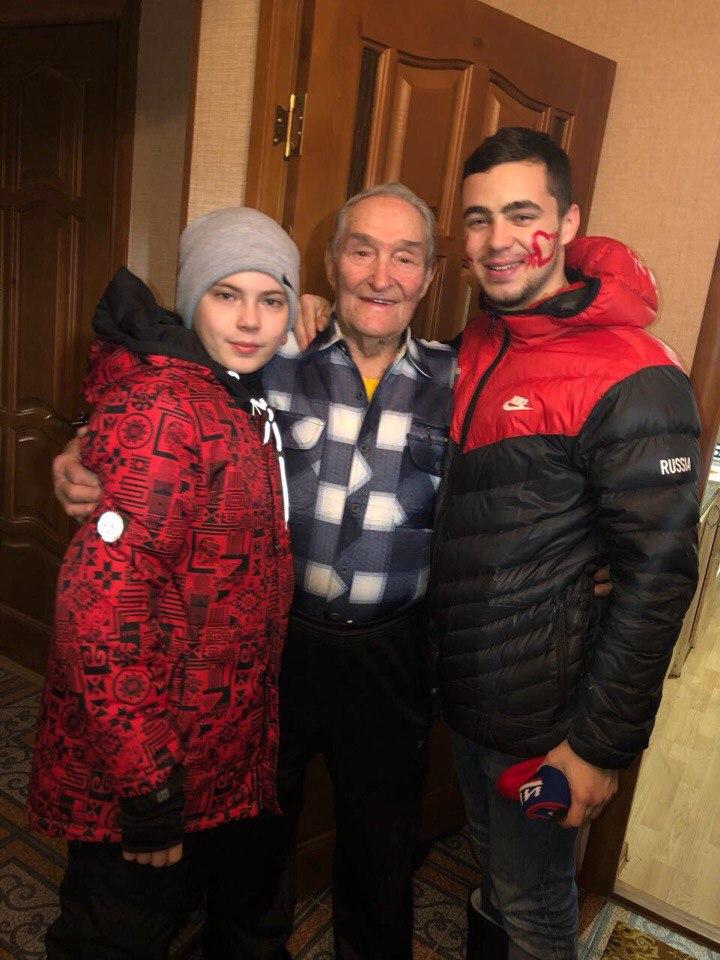 Молодежь Лаишева поздравила Героя Советского Союза с Рождеством