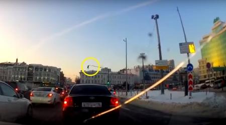 В Казани ветром сдуло светофор (Видео)