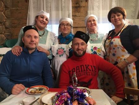 Актер Оскар Кучера попробовал в Лаишевском районе кыстыбый