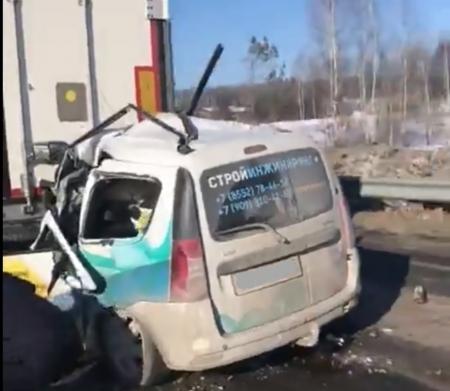 Водитель «Лады» погиб, залетев под фуру