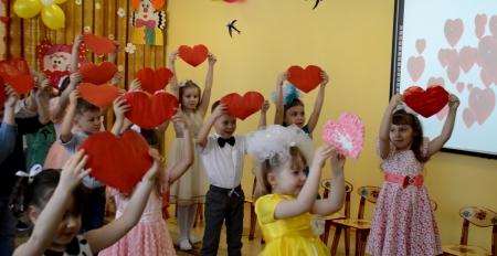 Дошколята подарили свои сердечки мамам и бабушкам (Видео)