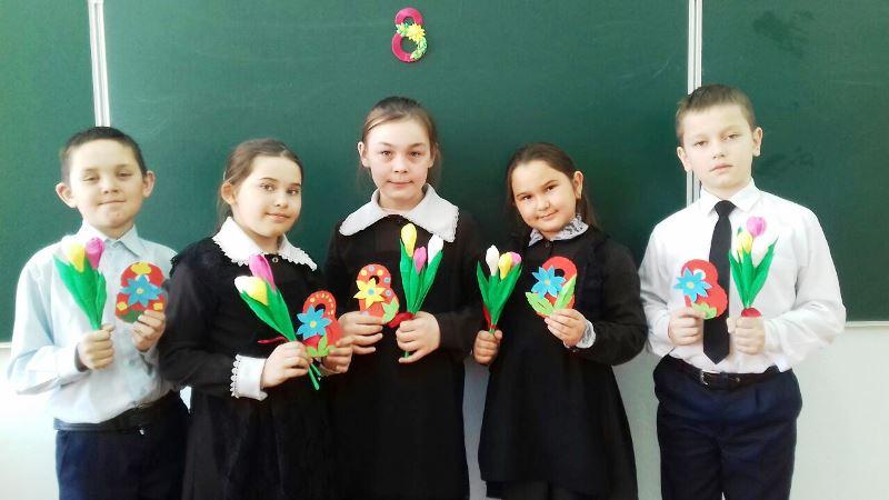 Державинские школьники поздравили с 8 Марта учителей и родителей