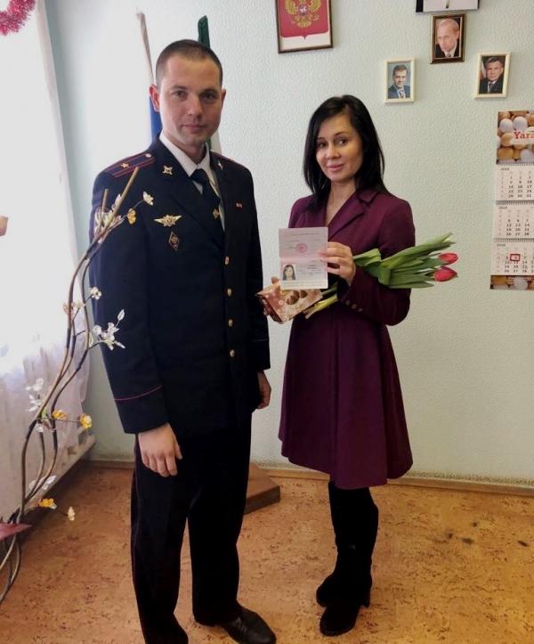 Сотрудники полиции поздравляют милых дам, получающих паспорта 7 марта, с первым весенним праздником. ВИДЕО
