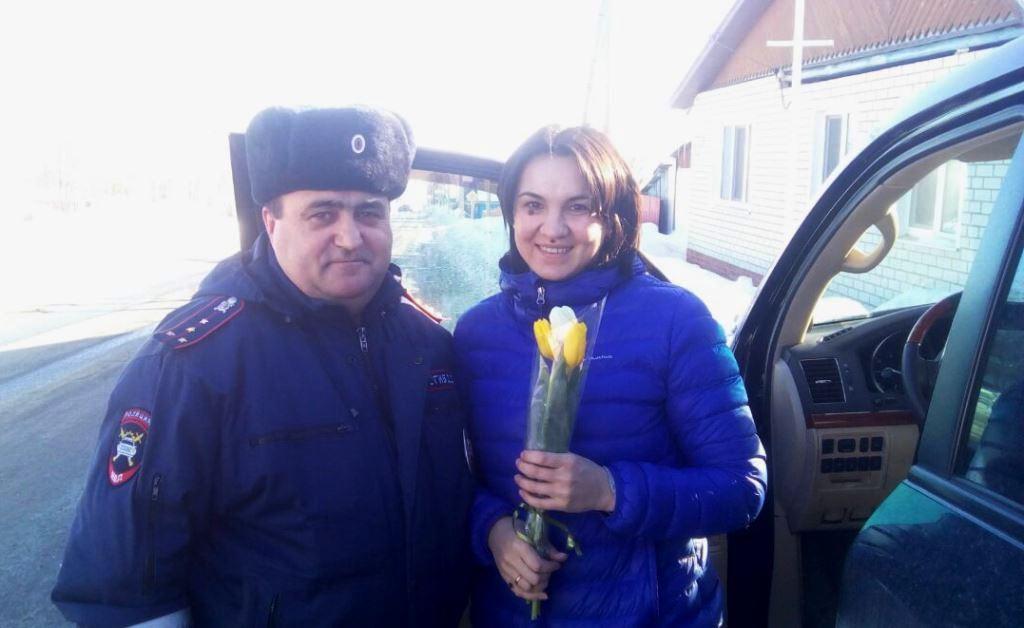 Лаишевские сотрудники ОГИБДД вместо штрафа вручали автоледи весенние букеты