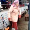Бабушка заткнула за пояс скучающую молодежь