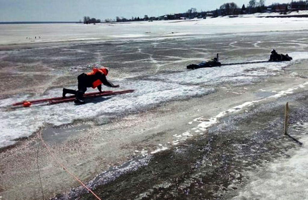 Недалеко от Верхнего Услона рыбаки провалились под лед