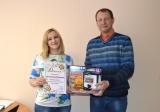 Симпатичная хозяюшка выиграла фритюрницу в конкурсе «Он и она»