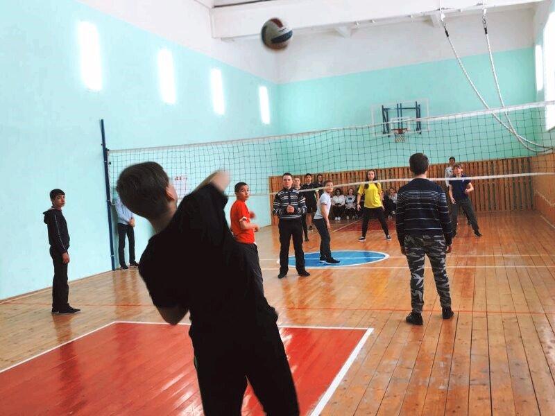 Ученики Никольской школы соревновались на волейбольной площадке