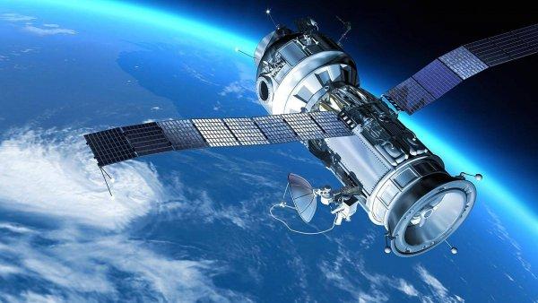 К Земле приближается два российских спутника-шпиона