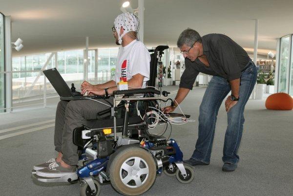 Ученые: Новая инвалидная коляска управляется силой мысли