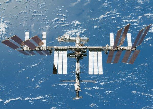 Камеры МКС снова зафиксировали загадочный объект над Землей