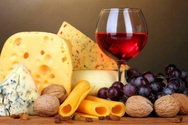 Сомелье рассказал, почему нельзя совмещать красное вино и сыр