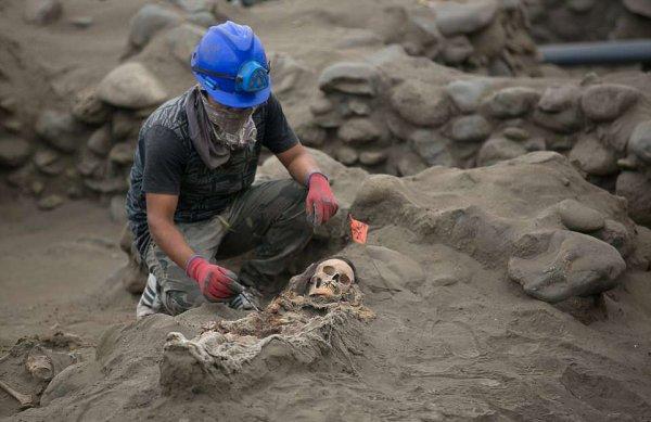 56 детских скелетов было найдено археологами в Перу.