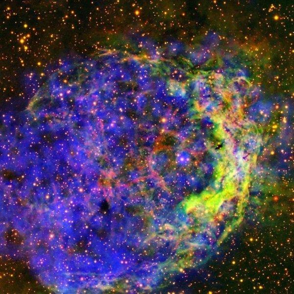 ЕКА показало завораживающее фото звезды Вольфа-Райета в облаках цветного газа