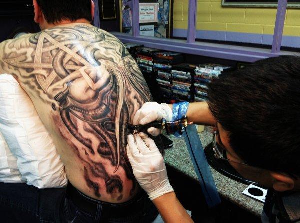 Ученые рассказали, каким людям противопоказано набивать татуировки