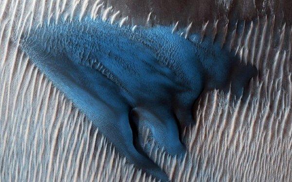 NASA опубликовало снимки голубых дюн на Марсе