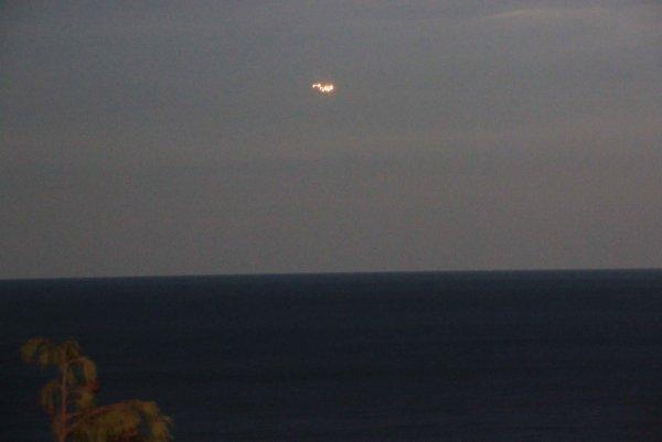В США зафиксировали над морем огненную летающую тарелку