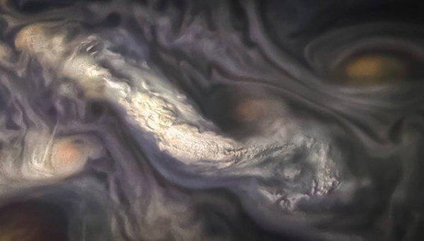 NASA показало фото таинственных «высотных» облаков Юпитера