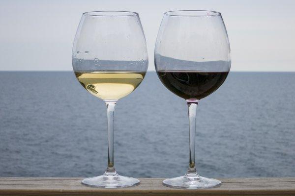 В Минздраве рассказали, какое вино следует пить в жару