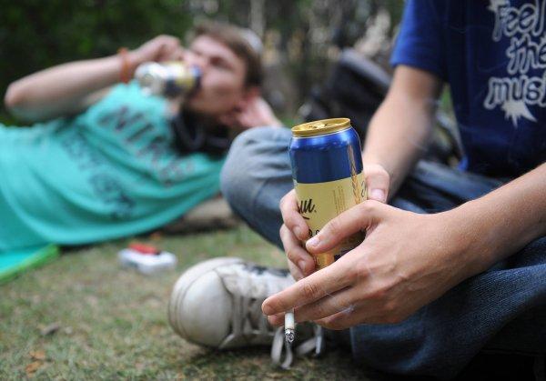 Ученые: Курящие и выпивающие подростки рискуют получить инсульт с 17 лет