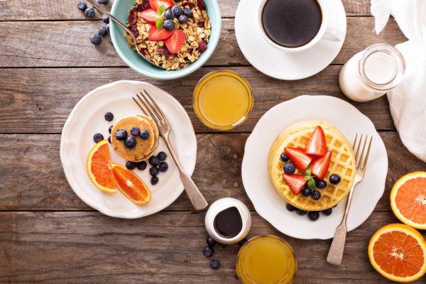 Ученые рассказали, как поздний завтрак и ранний ужин помогут похудеть