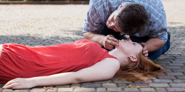 Специалисты: Женская грудь отпугивает от оказания первой помощи