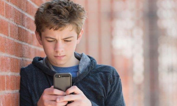 Смартфоны «выращивают» поколение с хрупкой психикой — учёные