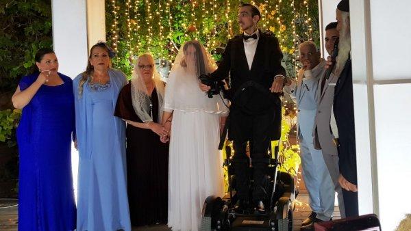 Мужчина-инвалид в Израиле смог стоять на собственной свадьбе