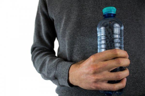 Вред пластмассы: ученый оценил риск заболевания раком из-за пластиковых бутылок