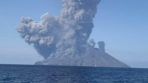 Целебное извержение вулкана на Сицилии было спровоцировано НЛО — уфолог