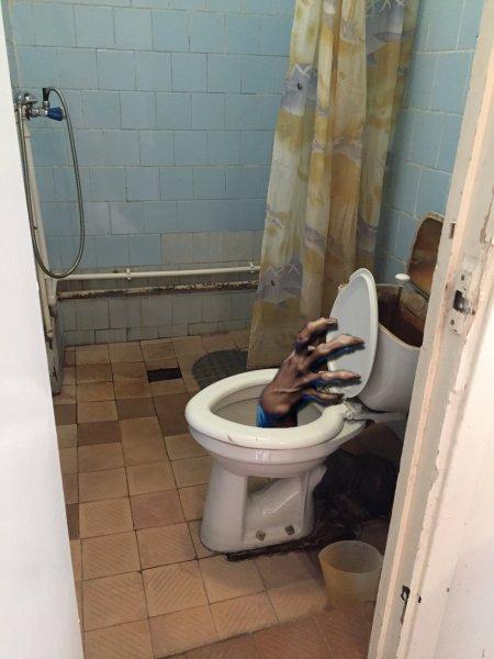 Канализационный Фекалоид! Чудовище атаковало россиянина, выбравшись из туалета