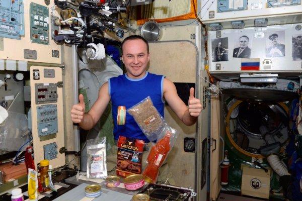 Ученые объяснили, почему хлебные крошки способны убить космонавта на МКС