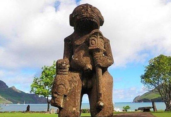 Живые гуманоиды обитают под водой. Статуи пришельцев вынесло на берег Тихого океана