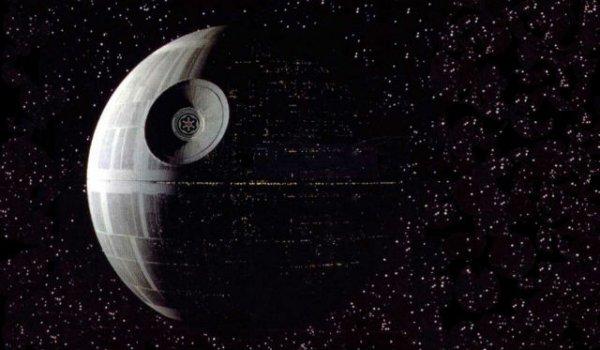 Планета Смерти зависла над Нью-Йорком. Очевидец снял на видео объект рядом с Землей