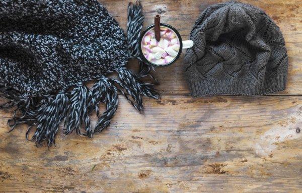Шапка на столе — к беде: Как головной убор приводит к бедности?